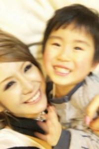 息子と楽しそうな桃華絵里さん。彼女のオフィシャルブログは和みます。